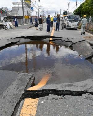 地震で水道管が破裂し陥没した道路(6月、大阪府高槻市)