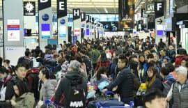 2017年末の成田空港も海外渡航する人たちで混雑した
