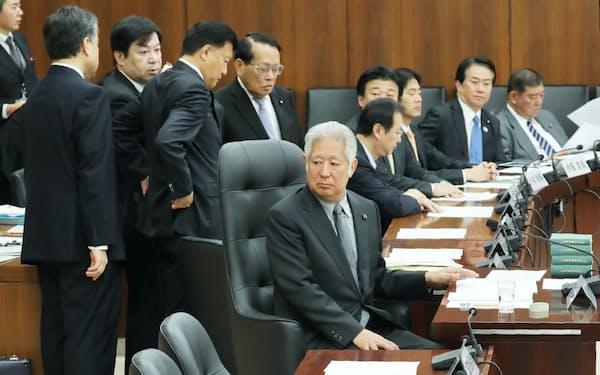 野党(手前)が出席しないため、衆院憲法審の開催を前に対応を協議する森英介会長(中央)ら(11月29日)