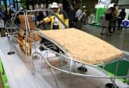 環境省のブースに展示された新素材の自動車部品(6日、東京ビッグサイト)
