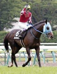 平地競走で初勝利を挙げたオジュウチョウサンとファンの歓声に応える武豊騎手(7月、福島競馬場)=共同