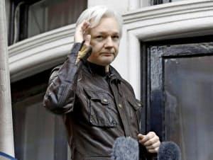 17年5月、在英エクアドル大使館のバルコニーから姿を見せるアサンジ氏(ロンドン)=AP