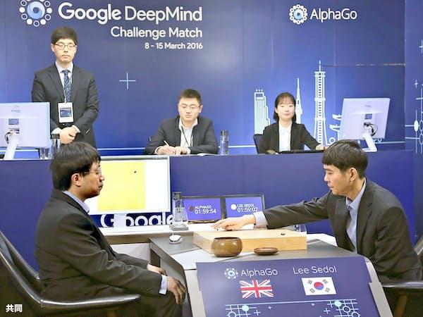 グーグルは囲碁だけでなく、将棋やチェスでも最強のAIを開発した(2016年3月、グーグルのAIと韓国人プロ棋士の対局)=グーグル提供・共同
