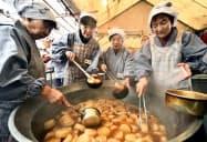京都市の千本釈迦堂で始まった師走の風物詩「大根だき」(7日午前)