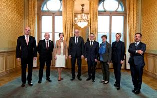 5日、新メンバーを迎えたスイス連邦会議メンバー7人と連邦事務局長=ロイター