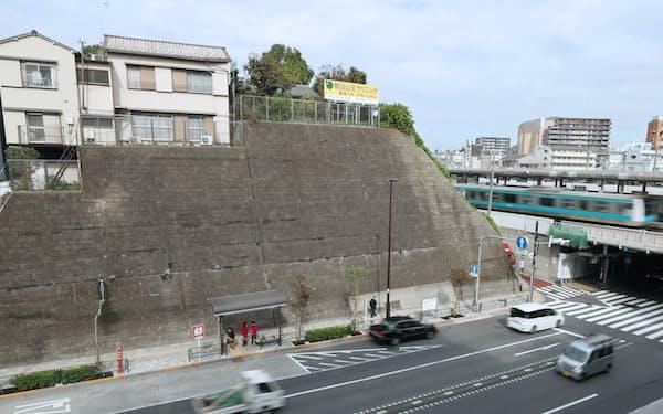 JR西日暮里駅前の切り立った崖は道灌山の一部(東京都荒川区)