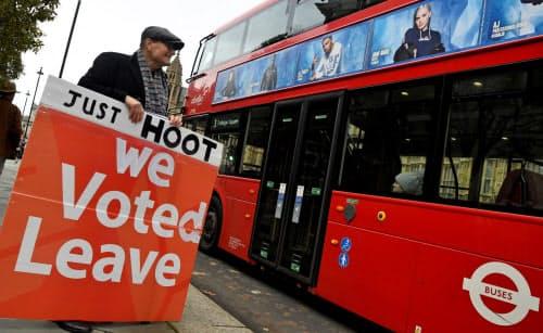 デモ活動を展開するEU離脱派の人々(6日、ロンドン)=ロイター
