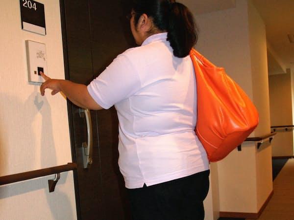 訪問介護では、女性ヘルパーが夜間も1人で利用者宅を訪れることが日常的だ(東京都内で)