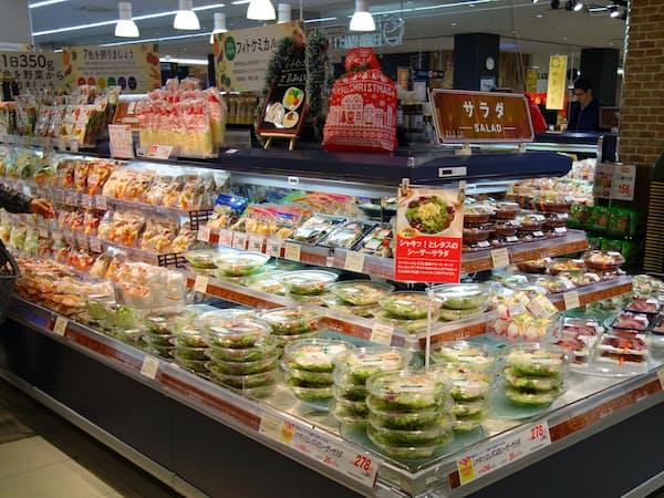 ユニーはカネ美食品と一体型の売り場や品目を増やし総菜を強化している(7日、愛知県豊山町のアピタ名古屋空港店)