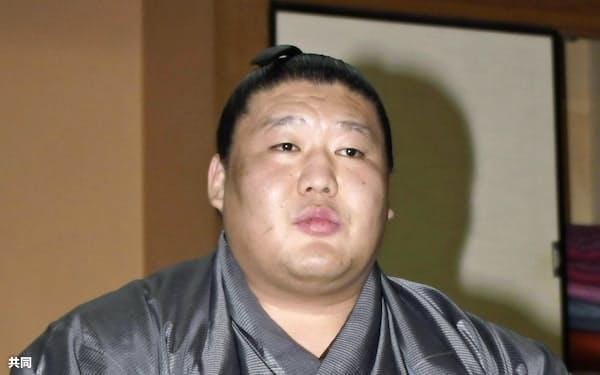 記者会見で引退を表明した貴ノ岩関(7日午後、東京都台東区の千賀ノ浦部屋)=共同
