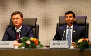 OPECの会合に出席するロシアのノバク・エネルギー相(左)とUAEのマズルーイ・エネルギー相=ロイター
