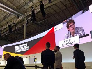 新党首に選ばれたクランプカレンバウアー幹事長を映す大画面(7日、独ハンブルクの党大会)