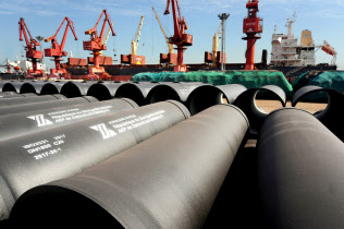 輸出される中国の鉄鋼製品(江蘇省)=ロイター