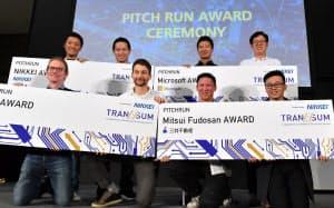 表彰式で記念撮影するイボーク・エレクトリック・モーターサイクルズの創業者(前列右から2人目)ら受賞者(8日午後、東京都江東区の東京ビッグサイト)