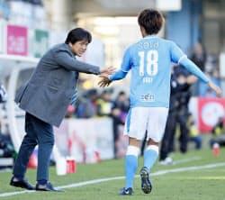 前半、先制のPKを決めた小川航(右)とタッチを交わす名波監督(8日、ヤマハスタジアム)=共同