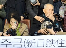 韓国徴用工訴訟で新日鉄住金への賠償命令が確定し喜ぶ原告(10月30日、ソウル)=共同