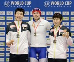 男子500メートルで2位に入った新浜立也(左)と3位の村上右磨=右(8日、トマショフマゾウィエツキ)=共同