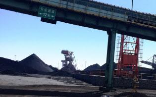 中国の卸売物価は上昇が大幅に鈍った(河北省の石炭積み出し港)