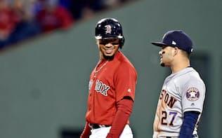 ア・リーグ優勝決定シリーズで、塁上で話をするベッツ(左)とアルトゥーベ=USA TODAY