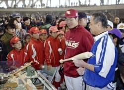 バット削り体験でファンと交流する楽天の島内外野手=右から2人目(9日、石川県小松市のこまつドーム)=共同