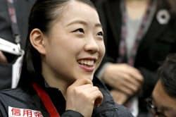 フィギュアGPファイナル優勝から一夜明け、笑顔で記者の質問に答える紀平梨花(9日、バンクーバー)=共同