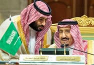 湾岸協力会議(GCC)サミットに出席したサルマン国王(右)とムハンマド皇太子=ロイター