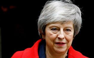 メイ英首相は与党議員からも激しい非難を浴びる異常事態に陥っている=ロイター