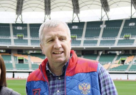 静岡スタジアムを視察するラグビー・ロシア代表のリン・ジョーンズ監督=共同