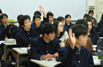 旭化成の吉野彰名誉フェローに質問する生徒(東京都世田谷区の東京学芸大付属高校)