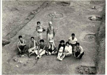 京大では考古学サークルに所属し、遺跡発掘に携わった。(1966年、前列左から3人目が吉野氏)