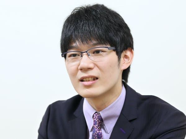 1993年奈良市生まれ。小学1年生で将棋を始め、2004年にプロ棋士養成機関の奨励会に入会。18歳でプロに。今秋、第66期王座戦で中村太地王座(現七段)に勝ち、初タイトル獲得。