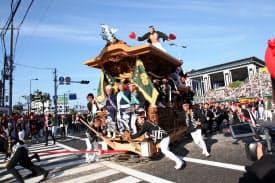 岸和田だんじり祭では曳行責任者なども歴任した(だんじり手前に乗った3人の真ん中が江さん)