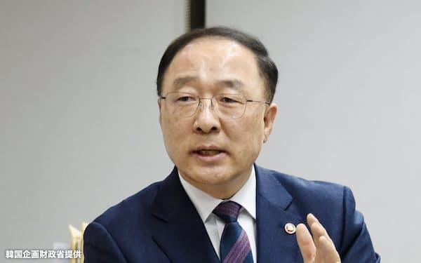 経済副首相兼企画財政相に就任した洪楠基(ホン・ナムギ)氏(11月撮影)