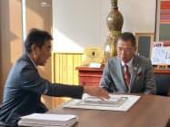 秩父市の久喜邦康市長に工場新設を報告するオプナスの峯村陽一社長(左)(10日、秩父市役所)