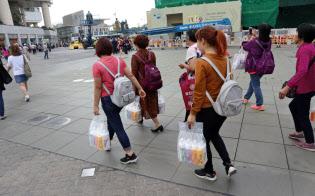 香港の消費市場を左右する中国本土客の買い物は、高額品から日用品にシフトしている(11月、香港)