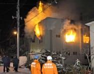 炎を上げて燃える住宅(10日夜、札幌市豊平区)=共同