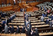 臨時国会が閉会となり、衆院本会議場を出る議員(10日午後)