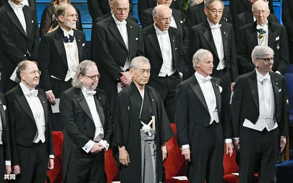 ノーベル賞授賞式に臨む本庶佑・京都大特別教授(前列中央)。左隣は医学生理学賞を共同受賞するジェームズ・アリソン米テキサス大教授=10日、ストックホルムのコンサートホール(共同)