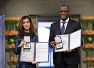 10日、オスロで開かれた授賞式でノーベル平和賞を贈られたムクウェゲ氏(右)とムラド氏=AP
