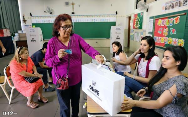 9日、リマで国民投票の投票をする女性=ロイター