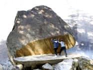 鉾岳の登山道脇にある「パックン岩」(10月、宮崎県延岡市)=共同