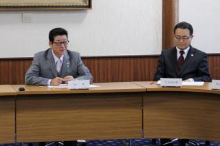 万博推進本部会議で職員らを激励する松井知事(左)(11日、大阪府庁)