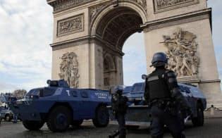 12月8日、装甲車で凱旋門を警備する警官たち=AP
