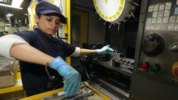 外国人労働者 口座開きやすく 生活相談など支援拡充へ