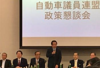 自動車議連の3日の会合では宮沢税調会長(左)もひな壇に座った