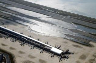 台風21号の影響で誘導路などに水が残った関西空港(9月5日)=共同