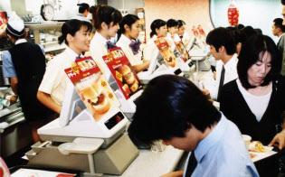半額キャンペーンなどの低価格戦略が奏効したマクドナルド(東京・新宿区の新宿スバルビル店)