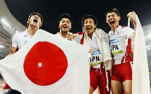 2008年の北京五輪陸上男子400メートルリレーで銅メダルを獲得した日本チーム。左から塚原直貴、末続慎吾、朝原宣治、高平慎士の各選手(国家体育場)=共同