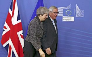 メイ英首相(左)を迎えるユンケル欧州委員長(右)(11日、ブリュッセル)=AP
