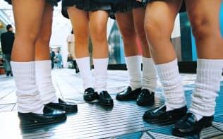 ルーズソックスをはいた女子高校生(1996年12月、東京都新宿区)